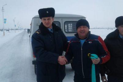 d.-postojalkin-i-d.-kusymbaev-pomogli-zhitelju-sela-sarykol.jpg